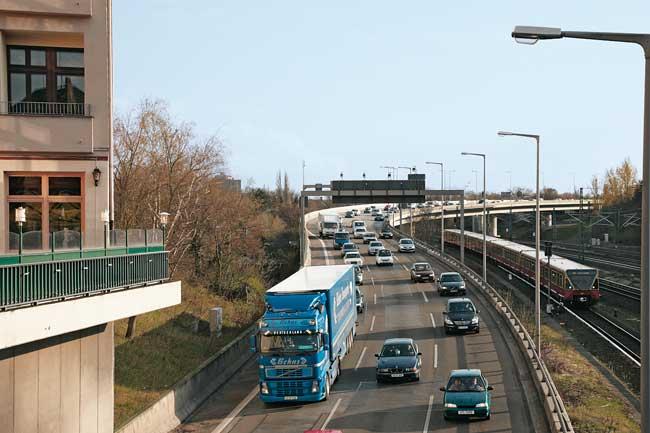 Stadtautobahn und S-Bahn mit angrenzender Wohnbebauung