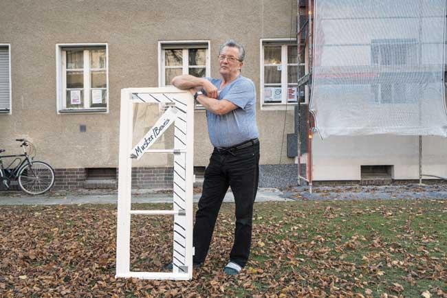 Mieter Thomas T. mit ausgebautem Fensterflügel