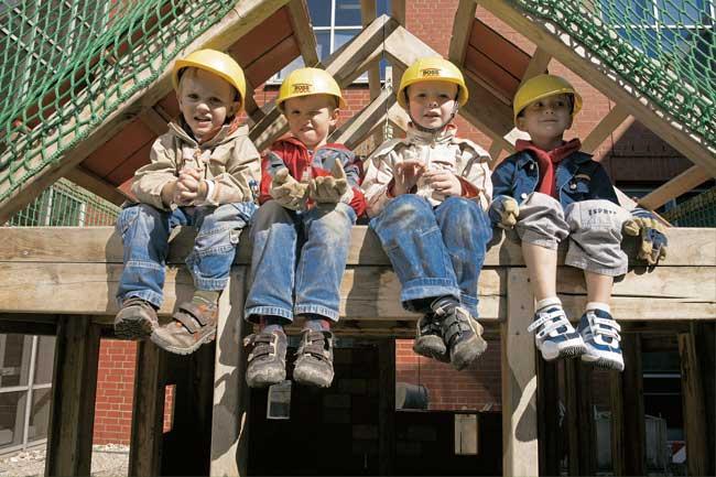 Kinder mit Bauhelmen