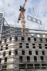 Rohbau und Baukran mit vorgefertigtem Wohnungsbauelement