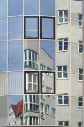 Wohnhaus spiegelt sich in der gegenüberliegenden Fassade