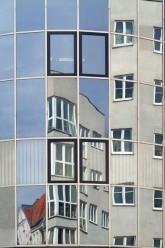 Spiegelnde Fassade eines Hochhauses