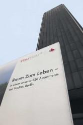 Werbung für Apartments am Postbank-Hochhaus