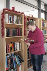 Besucherin in der Bibliothek Landsberger Allee
