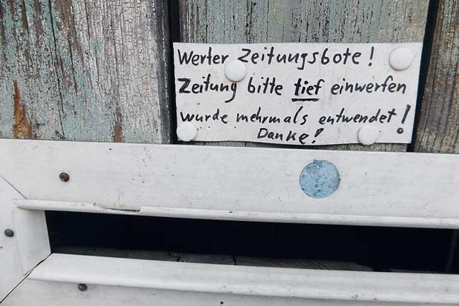 Briefschlitz mit Aufschrift: Werter Zeitungsbote! Zeitung bitte tief einwerfen, wurde mehrmals entwendet. Danke.
