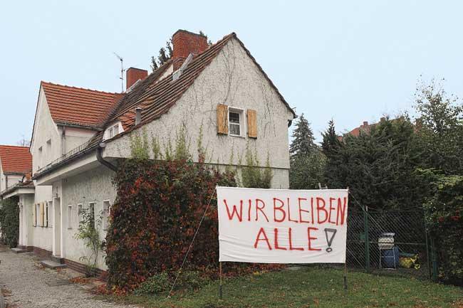 Haus in der Siedlung am Steinberg mit Protestplakat