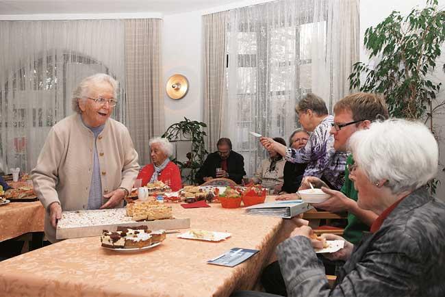 Bewohnerinnen des Seniorenwohnhauses am Hansa-Ufer 5