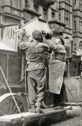 20er Jahre: Die Leerung des Müllkastens in den Staubschutzwagen erforderte 2 Männer