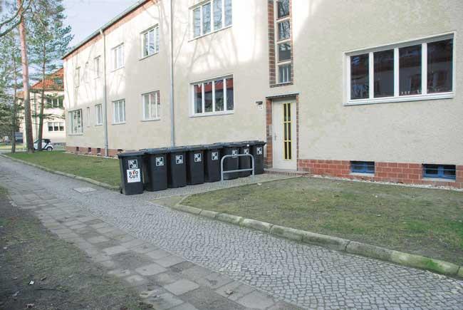 Mülltonnen vorm Hauseingang