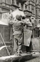 Leerung des Müllkastens in den Staubschutzwagen