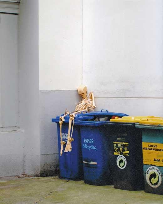 Leserfoto Mai 2016 - ein menschliches Skelett sitzt auf Mülltonnen