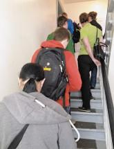 Wohnungsbewerber-Schlange im Treppenhaus