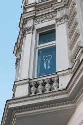 Fenster einer Zahnarztpraxis im Mietshaus