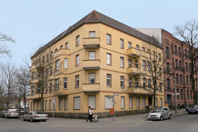 Mietshaus mit leerstehenden Wohnungen
