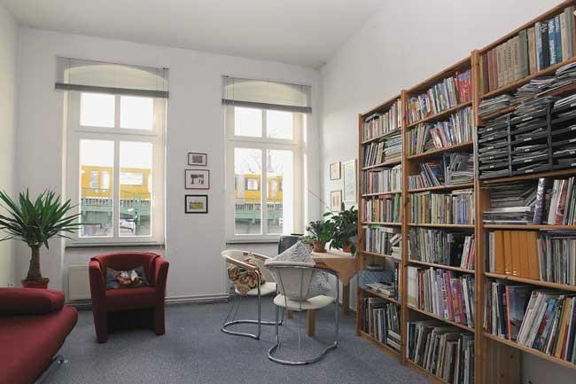 Altbauzimmer mit Bücherregal