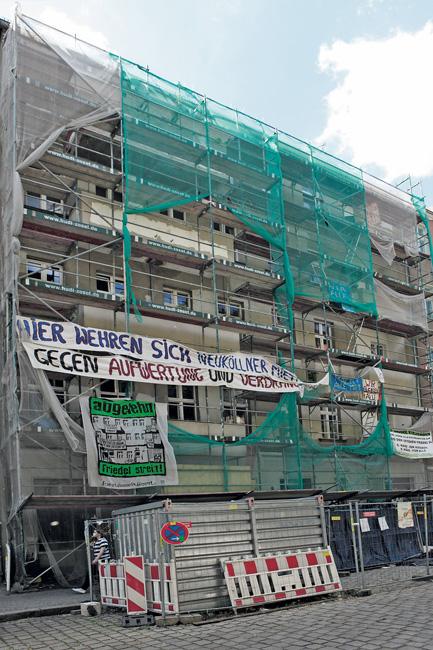 Protesttransparente am Haus Friedelstraße 54