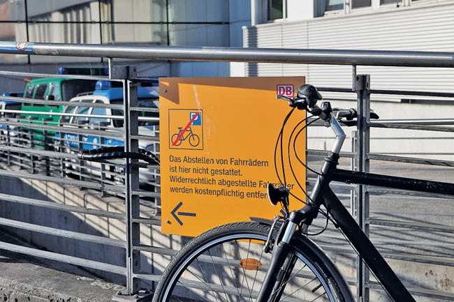 Fahrradparkverbots-Schild am Berliner Ostbahnhof