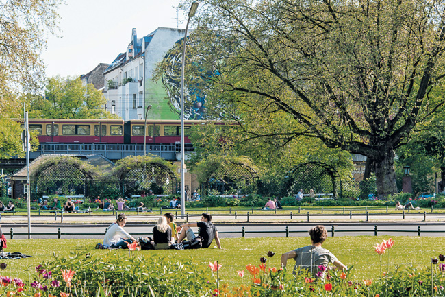 Grünanlage Savignyplatz, im Hintergrund die S-Bahn