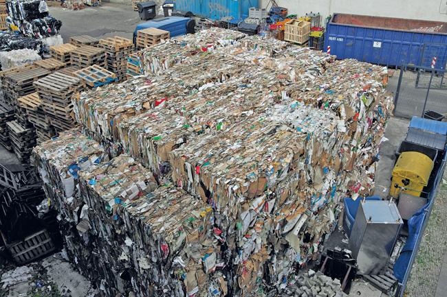 Papierballen auf einem Recyclinghof
