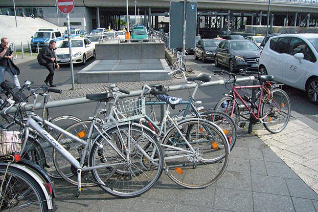 Wild abgestellte Fahrräder vor dem Hauptbanhhof