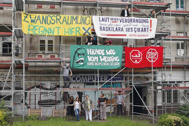 Protestplakate am Baugerüst der Bornholmer Straße 50
