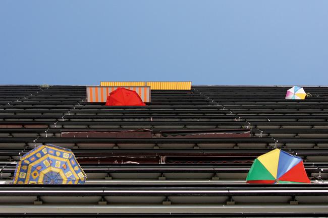 Balkone mit Sonnenschirmen