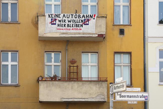 Protestplakat gegen Autobahnbau am Balkon