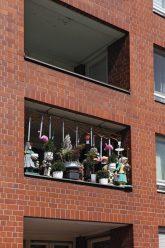 'Balkonvorhang' mit Puppen
