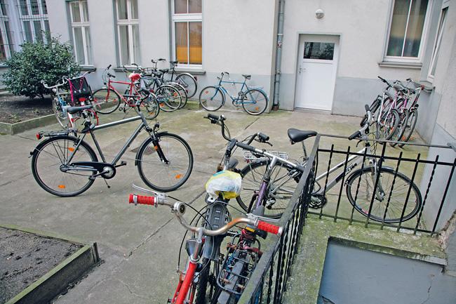 Fahrräder kreuz und quer im Innenhof abgestellt