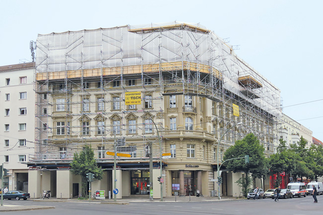 Für Dachgeschossausbau eingerüstetes Eckhaus