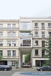 Schmaler Neubau zwischen 2 Gründerzeitaltbauten