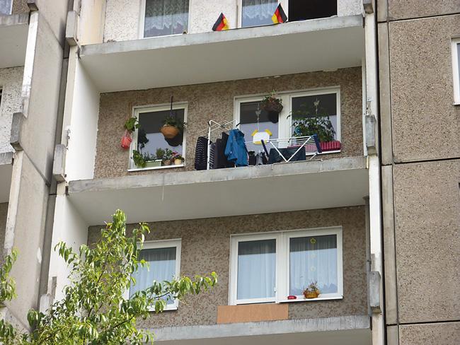 """Leserfoto Oktober 2016 - Balkone eines Plattenbaus ohne Geländer: """"Barrierefei"""""""