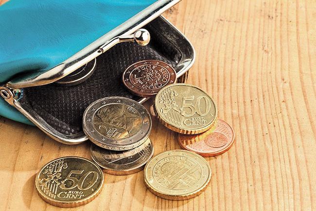 Geöffnete Geldbörse mit Kleingeld