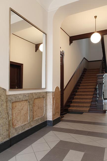 Gründezeit-Treppenhaus mit Marmorverzierungen