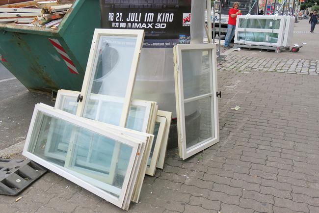 Ausgebaute Fensterflügel am Bauschutt-Container