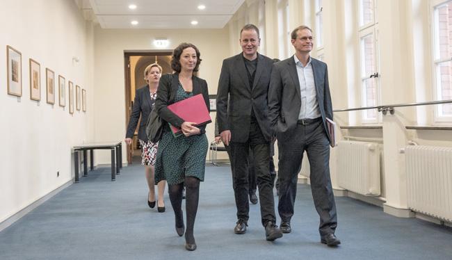 Ramona Pop, Klaus Lederer und Michael Müller auf dem Rathausflur