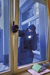 Einbrecher bricht Wohnungsfenster auf
