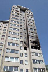 Brandspuren an einer Hochhausfassade