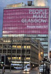 I.U.T.-Fassadenwerbung in Glasgow