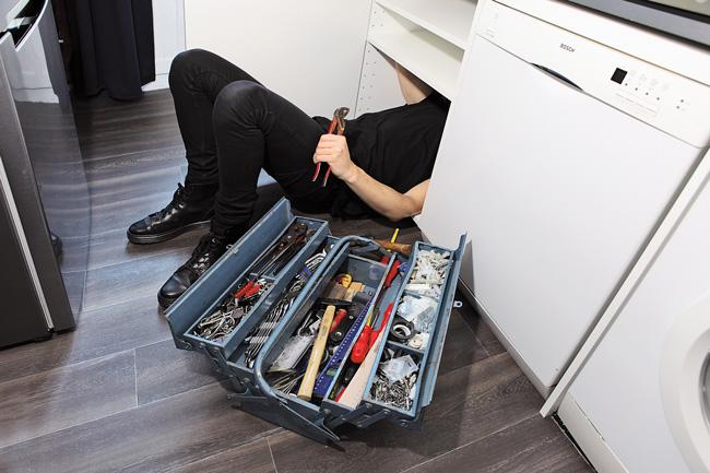Reparatur in der Küche, Werkzeugkasten