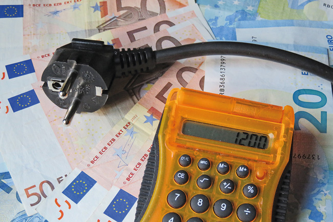 Bargeld, Stromstecker und Taschenrechner