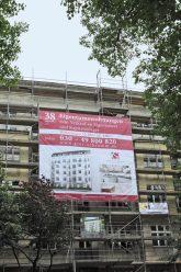 Großplakat am Baugerüst mit Werbung für Eigentumswohnungen