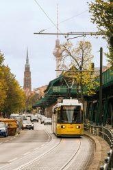 Tram und Hochbahnviadukt in der Schönhauser Allee
