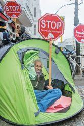 Bewohner protestieren mit Zelt und Stop-Schildern