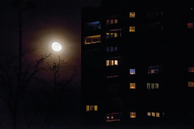 Mond und Lichter im Hochhaus