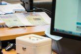 Schreibtisch mit Unterlagen im neuen Landesamt für Flüchtlingsfragen