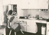 Küchenarbeit in einer Einbauküche in den 60er Jahren