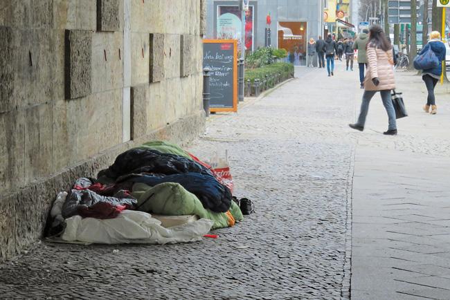 Obdachlosenlager auf dem Bürgersteig