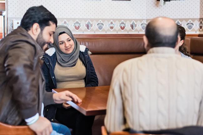 Khalid und Reaam in ihrer neuen Unterkunft