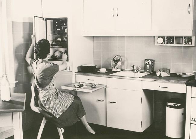 Hausfrau in der Einbauküche, 50er Jahre